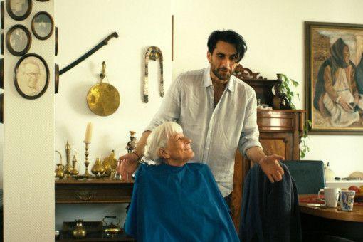 Frau Sterns (Ahuva Sommerfeld) Friseur (Murat Seven) schneidet ihr nicht nur regelmäßig die Haare. Er ist ein guter Freund geworden und teilt seine Joints gerne mit der alten Dame.