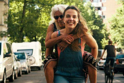 Frau Stern (Ahuva Sommerfeld) lässt sich von ihrer Enkelin Elli (Kara Schröder) Berlin aus einer neuen Perspektive zeigen.