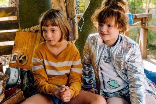 Lotta (Meggy Hussong) und Cheyenne (Yola Streese) sind beste Freundinnen und meistern Schwierigkeiten gemeinsam.