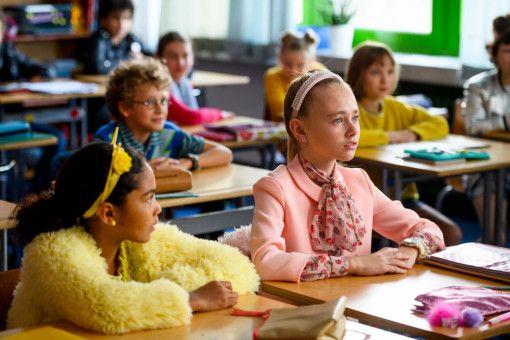 Die in rosa gestylte Berenike (Laila Ziegler, rechts) lädt alle zu ihrer Party ein - nur nicht Lotta und Cheyenne.