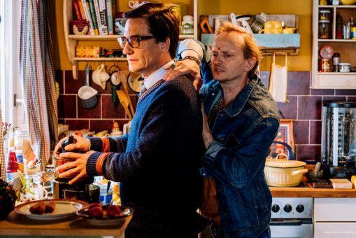 Heiner Krishna (Milan Peschel) will Lottas Vater (Oliver Mommsen) etwas lockerer machen.
