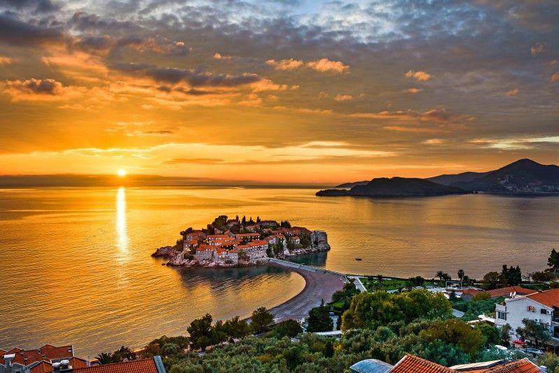 Natürliche Schönheit: Ein Damm verbindet die Insel Sveti Stefan mit dem Festland.