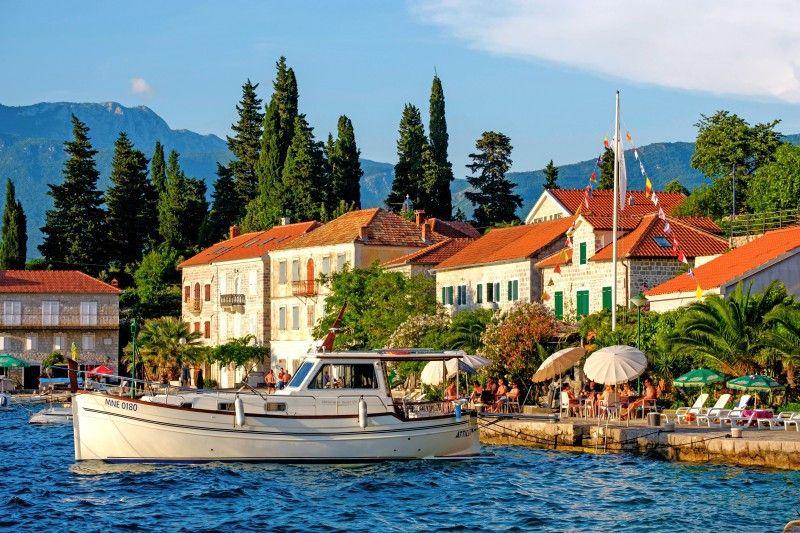 Adriatisches Kleinod: Blick vom Meer auf das Dorf Rose bei Luštica in der Bucht von Kotor.