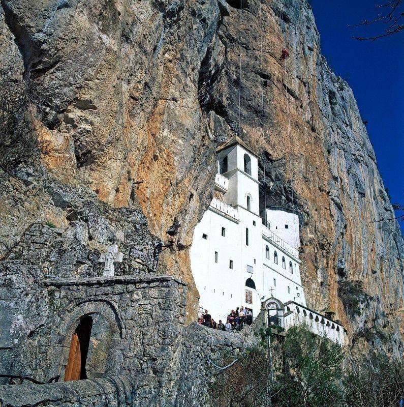 Spiritueller Felsenbau: Kloster Ostrog ist der bekannteste Wallfahrtsort Montenegros.