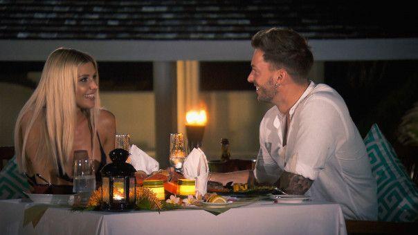Beim romantischen Abendessen wirken Gerda und Keno sehr vertraut.