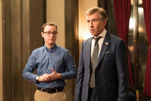 Moderator Lionel Macomb (Steve Coogan, rechts) muss sich mit einem unfähigen Praktikanten (Griffin Newman) herumschlagen.