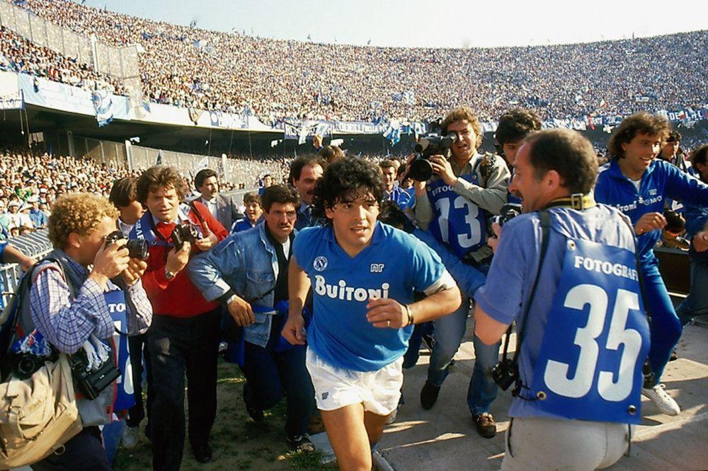 Umringt von Fotografen und bejubelt von Zehntausenden Fans: In Neapel genießt Diego Maradona auch heute noch Heldenstatus.