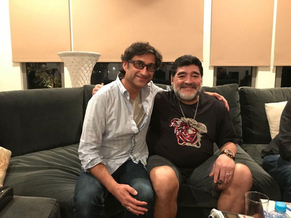 """Regisseur Asif Kapadia (links) wurde 2016 mit dem Oscar für den besten Dokumentarfilm (""""Amy - The Girl Behind The Name"""") ausgezeichnet. Auch sein Filmporträt über Diego Maradona ist preisverdächtig."""