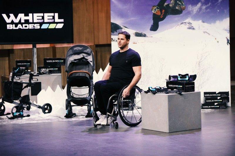 """<b>Folge 1:</b> Patrick Mayer (40) ist seit einem schwerem Unfall auf den Rollstuhl und Gehhilfen angewiesen. Er hat eine Art Skikufe für Rollstühle und Kinderwagen entwickelt, zudem einen speziellen Aufsatz für Gehhilffen, den """"Safety Foot"""". Er verhindert das Einsinken, ist stabil und rutschfest."""