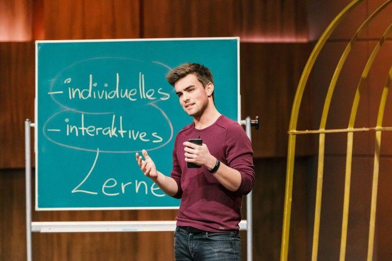"""<b>Folge 1:</b> Schon im Alter von 17 Jahren hat Rubin Lind angefangen, an seinem Produkt zu arbeiten, mit 19 Jahren tritt er vor die """"Löwen"""". Mit seiner """"App Skills4School"""" können Schüler laut Gründer ganz individuell für ihre Prüfungen lernen."""