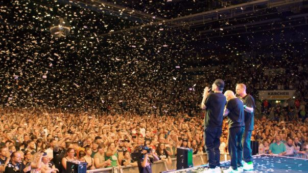 """""""Wir sind zusammen groß"""", heißt es in dem Stück """"Zusammen"""". Wie groß, das zeigt sich, wenn die Fantas gemeinsam auf der Bühne stehen - so wie hier in der Schleyer-Halle in Stuttgart."""