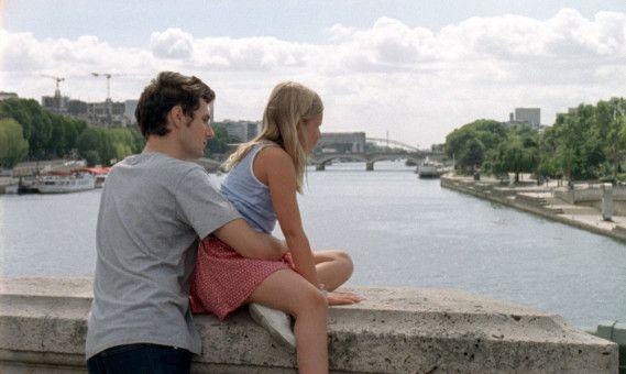 Das Leben geht weiter in Paris, obwohl David (Vincent Lacoste) und Amanda (Isaure Multrier) soeben einen sehr schmerzhaften Verlust haben hinnehmen müssen.