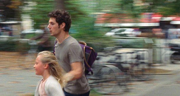 Ein verheerender Terroranschlag bringt David (Vincent Lacoste) und Amanda (Isaure Multrier) zusammen.