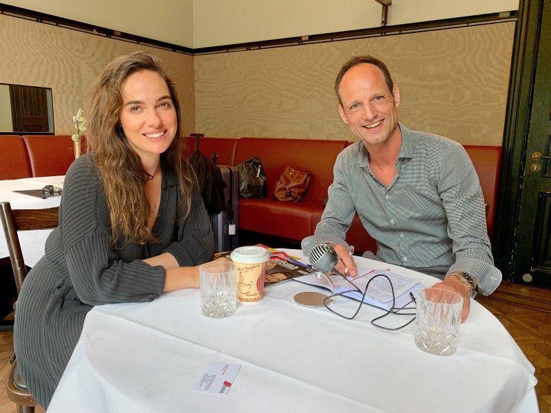 In Hamburg: Verena Altenberger mit prisma-Chefredakteur Stephan Braun.