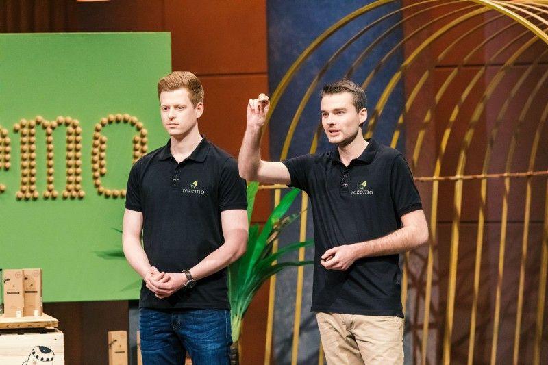 """<b>Folge 2:</b> Kaffeekapseln liegen im Trend, doch sie produzieren Unmengen an Müll. Julian Reitze und Stefan Zender präsentieren mit """"rezemo"""" eine Kaffeekapsel aus Holz. Nach Gebrauch kann die Kapsel entweder im Biomüll entsorgt oder auch verbrannt werden."""