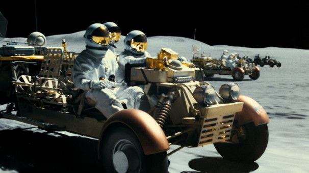 Auf dem Mond liefern sich amerikanische Siedler und böse Weltraumpiraten ein Feuergefecht.