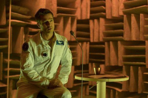Astronaut Roy McBride (Brad Pitt) übermittelt eine Audiobotschaft, um Kontakt mit seinem Vater aufzunehmen.