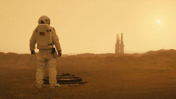 Astronaut Roy McBride (Brad Pitt) reist zum Mars.