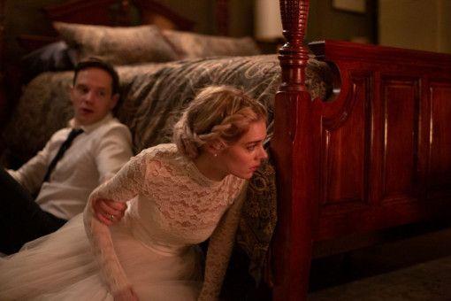 Was geht denn hier ab? Alex (Mark O'Brien) erklärt Grace (Samara Weaving), dass seine Familie ein höchst fragwürdiges Aufnahmeritual durchführt.