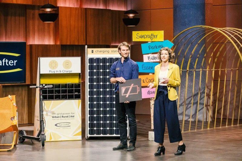 """<b>Folge 3:</b> Die Solar-Experten Lisa Wendzich und Bryce Flemingham recyclen ausrangierte Solarpanels und bauen daraus eigene, mobile Generatoren: """"SunCrafter""""."""