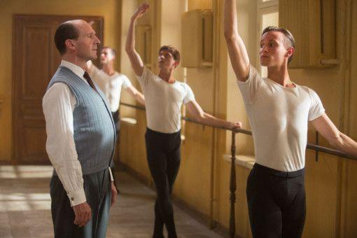 In St. Petersburg bildet Alexander Puschkin (Ralph Fiennes, links) den Ballettnachwuchs aus.