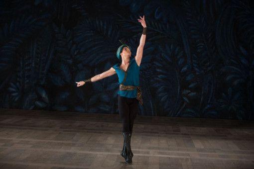 Der junge Rudolf Nurejew (Oleg Ivenko) revolutioniert das Ballett.