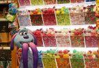 LU-LA ist im Supermarkt von den Süßigkeiten überwältigt.