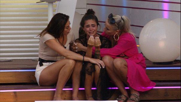 Auch Melissa bricht in Tränen aus.