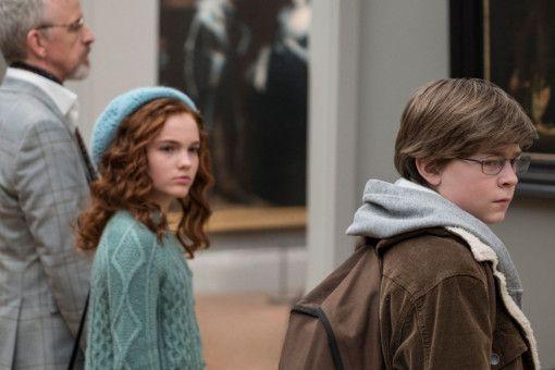 Kurz vor der Explosion: Theo (Oakes Fegley) lässt seine Mutter in einen anderen Raum gehen, um noch neben der rothaarigen Pippa (Aimée Lawrence) verweilen zu können.