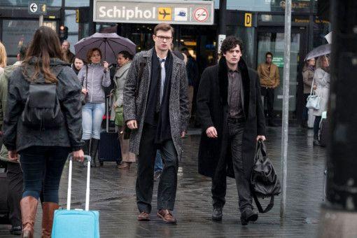 Theo (Ansel Elgort, links) reist mit seinem alten Kumpel Boris (Aneurin Barnard) nach Amsterdam, um das Distelfink-Gemälde wiederzubeschaffen.