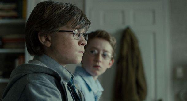 Theo (Oakes Fegley) versteht sich gut mit Andy (Ryan Foust), dem jüngsten Spross der Familie Barbour.