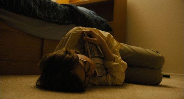 Theo (Oakes Fegley) wird nicht nur nachts von schlimmen Erinnerungen an den terroristischen Anschlag, bei dem er seine Mutter verlor, geplagt.