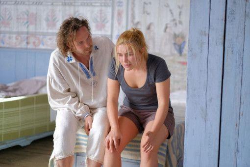 Dorfbewohner Pelle (Vilhelm Blomgren) versucht Dani (Florence Pugh) zu überzeugen, dass im schwedischen Nirgendwo eigentlich alles super ist.