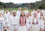 Wenn Tradition zum Horror wird: Das Grauen ist weißgekleidet und schwedisch.