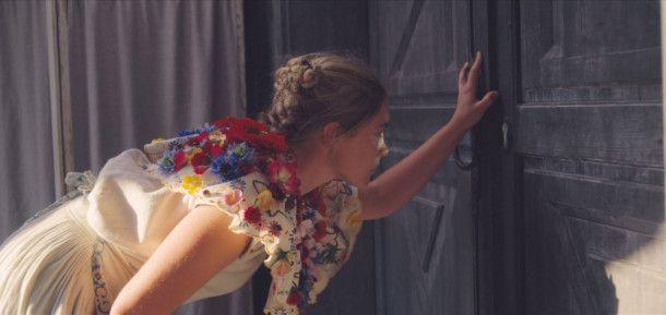 Dani (Florence Pugh) kann nicht glauben, was sie durch die Tür zu sehen bekommt.