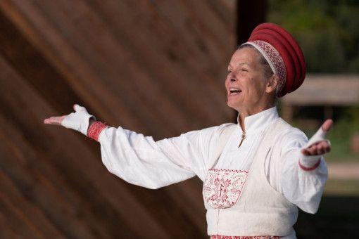 Gunnel Fred verkörpert die kultische Anführerin der verstörenden Dorfgemeinschaft.