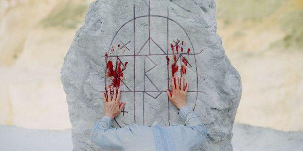 """Runen und Rituale bestimmen die Sommersonnenwende in """"Midsommar"""". Blutbeschmiert, natürlich."""