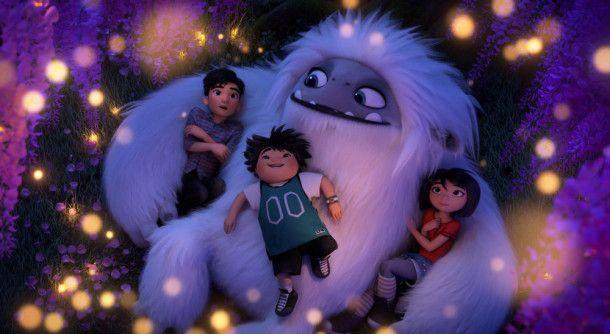 Der liebenswerte Yeti Everest macht es sich mit Yi (rechts), Peng (Mitte) und Jin (links) gemütlich.
