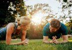 Einfach, aber effektiv: Regelmäßige Outdoor-Übungen unter Einsatz des eigenen Körpergewichts zeigen schnell Wirkung.