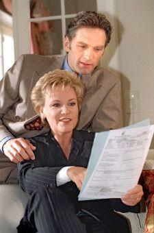 """Mariele Millowitsch in den 90ern mit Walter Sittler in der Serie """"Girl friends""""."""