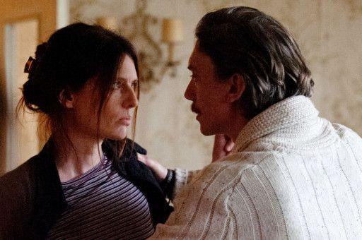 Seine Lebensgefährtin Jennifer (Amélie Daure) leidet darunter, dass Emmanuel (Swann Arlaud) bedingt durch seine Kindheitserlebnisse beziehungsunfähig ist.