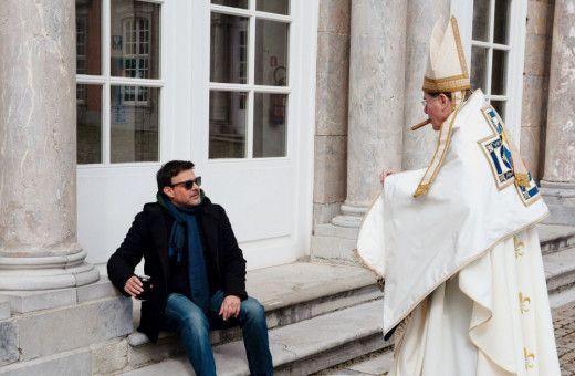 Regisseur François Ozon (links) unterhält sich bei den Dreharbeiten mit François Marthouret, dem Darsteller von Erzbischof Barbarin.