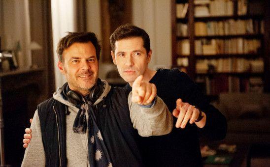 """François Ozon (links) und Darsteller Melvil Poupaud bleiben in """"Gelobt sei Gott"""" betont sachlich."""