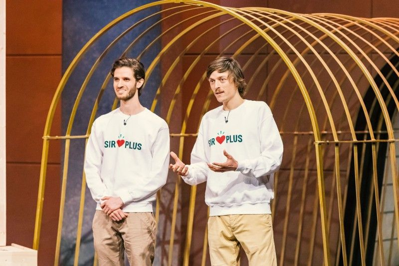"""<b>Folge 4:</b> Die Gründer Raphael Fellmer und Martin Schot wollen mit """"SIRPLUS"""" nichts weniger als die Welt verändern. In sogenannten """"Rettermärkten"""" und im eigenen Online-Shop verkaufen die beiden bereits abgelaufene Lebensmittel, die aber noch verwertbar sind."""