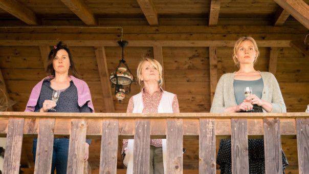 Maria (Bettina Mittendorfer, links), Waltraud (Gisela Schneeberger, Mitte) und Lena (Rosalie Thomass) sorgen in Marienzell erneut für Aufsehen.