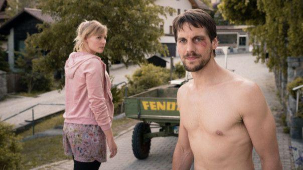 Lena (Rosalie Thomass) und Willi (Matthias Ransberger) gehen nach einem Streit getrennte Wege.
