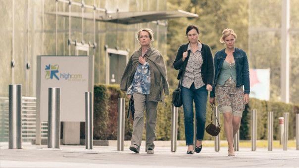 Waltraud (Gisela Schneeberger), Maria (Bettina Mittendorfer) und Lena (Rosalie Thomass, von links) lassen nichts unversucht, um das schnelle Internet nach Marienzell zu bringen.