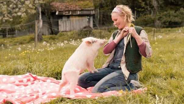 Auf Schweinchen Paul kann sich Lena (Rosalie Thomass) immer verlassen.