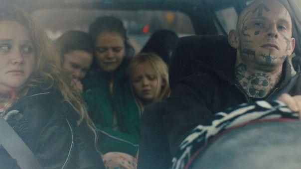 Nachdem Widner (Jamie Bell) die alleinerziehende Mutter Julie (Danielle MacDonald) und ihre drei kleinen Töchter kennenlernt, beginnt er, an seinen Überzeugungen zu zweifeln.