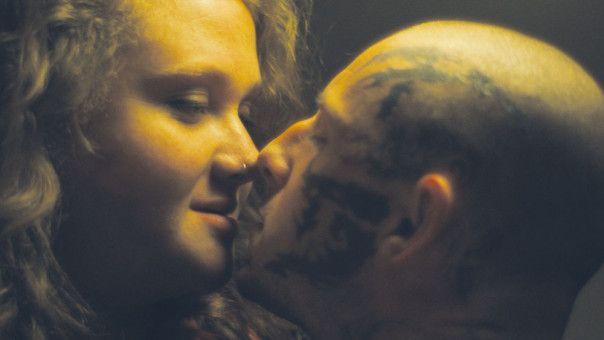 Dank Julie (Danielle Macdonald) bringt Bryon Widner (Jamie Bell) die Kraft aus, ein neues Leben zu beginnen.